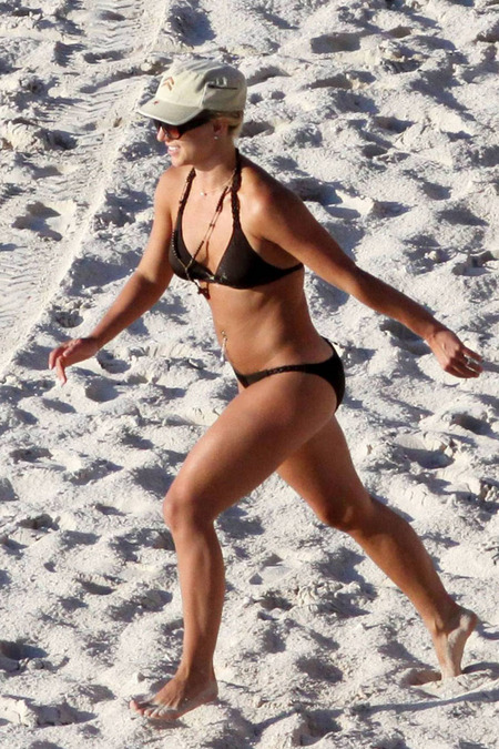 britney-spears-bikini-16