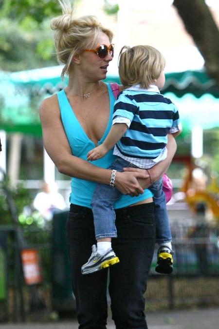 Britney Spears de paseo en el zoo 02