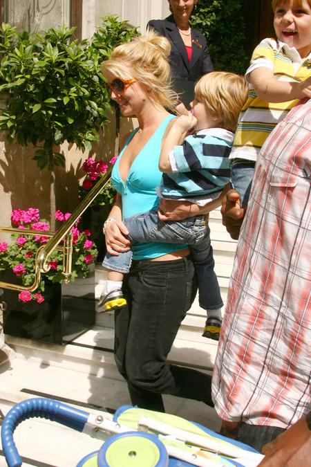 Britney Spears de paseo en el zoo 05