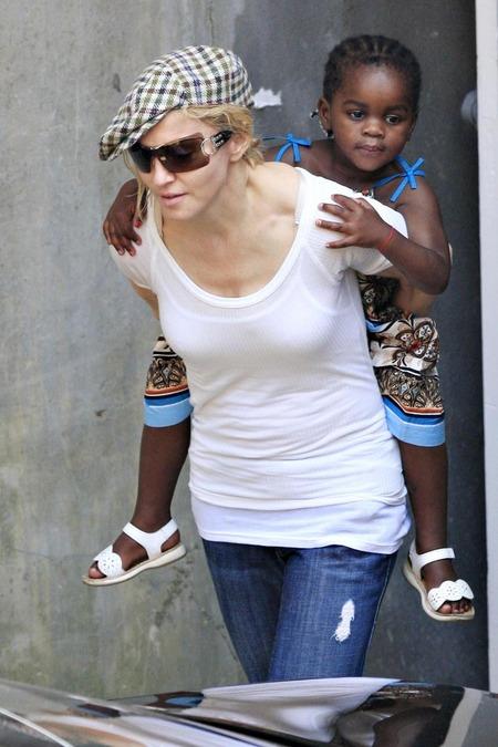 Madonna y su nueva hija, Mercy 01