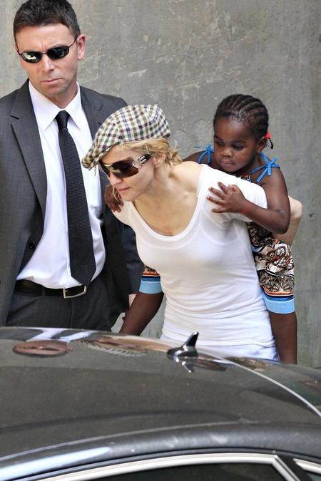 Madonna y su nueva hija, Mercy 03