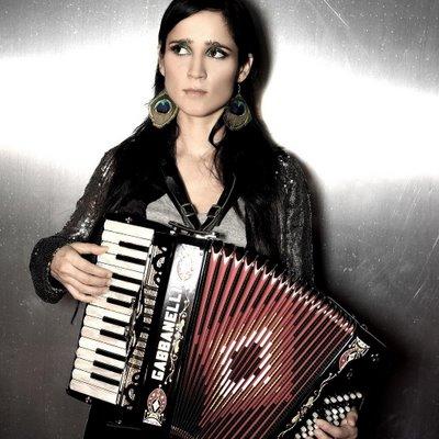 julieta-venegas-fue-demandada-por-su-bajista-01