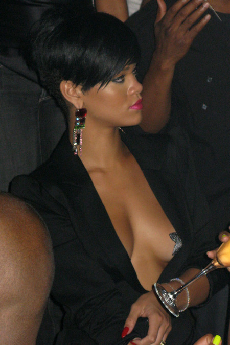 Rihanna se tomó a pecho la soltería 03