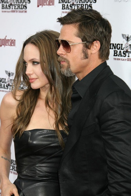 Brad Pitt y Angelina Jolie juntos y enamorados 01