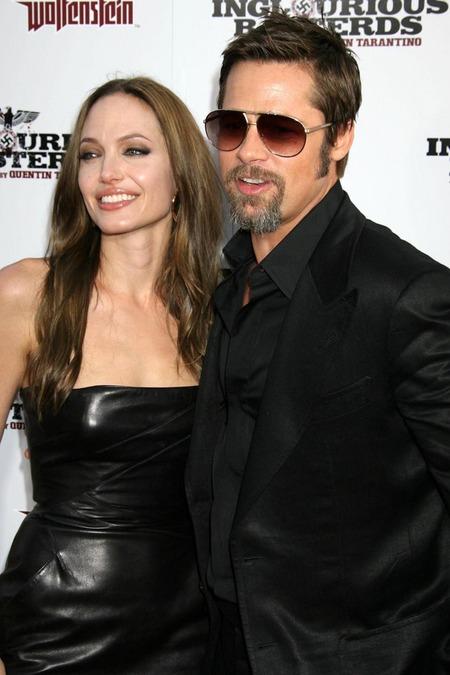 Brad Pitt y Angelina Jolie juntos y enamorados 03