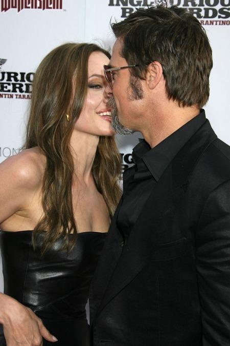 Brad Pitt y Angelina Jolie juntos y enamorados 05