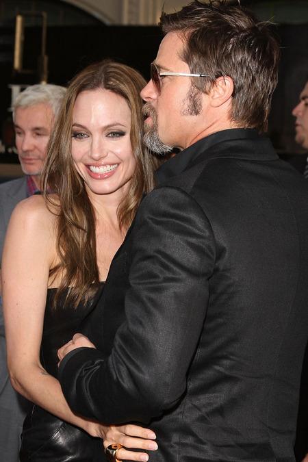 Brad Pitt y Angelina Jolie juntos y enamorados 06