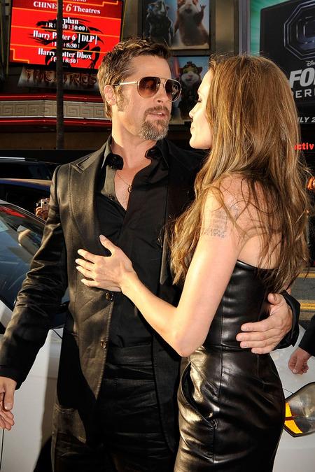 Brad Pitt y Angelina Jolie juntos y enamorados 07