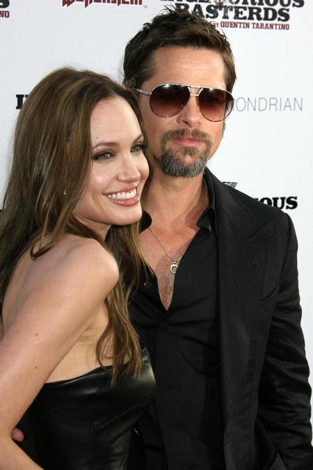 Brad Pitt y Angelina Jolie juntos y enamorados 09