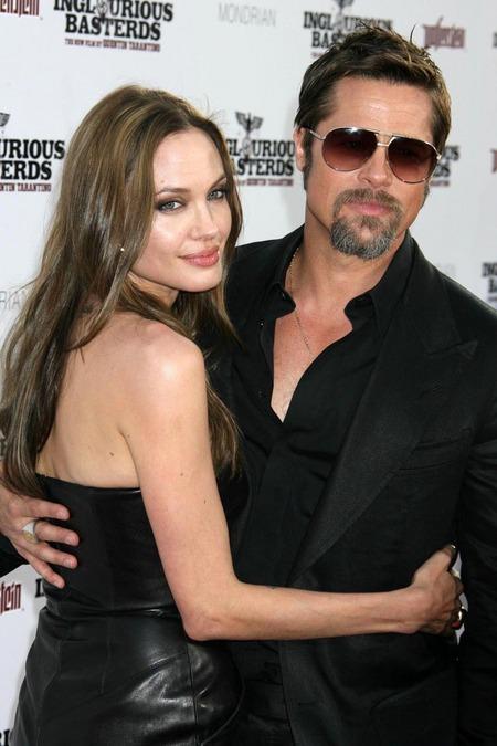 Brad Pitt y Angelina Jolie juntos y enamorados 10