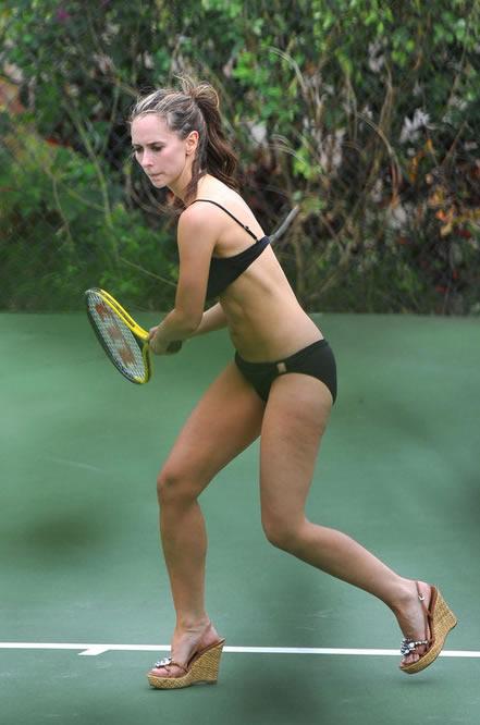 jennifer-love-hewitt-en-bikini-y-jugando-al-tenis-05