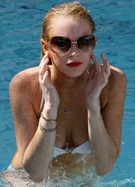 lindsay-lohan-en-bikini-y-con-una-propuesta-de-playboy-06