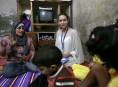 imagen Angelina Jolie y Brad Pitt visitan refugiados de Siria