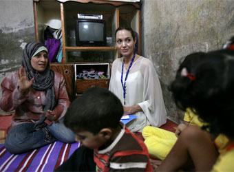angelina-jolie-y-brad-pitt-visitan-refugiados