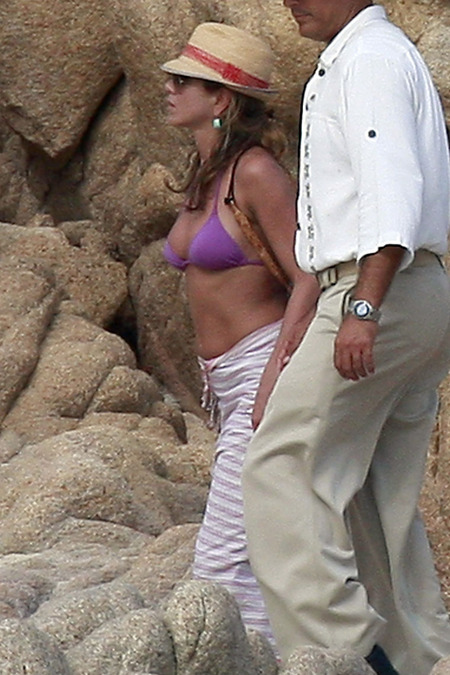 Jennifer Aniston and Friends Relaxing in Cabo