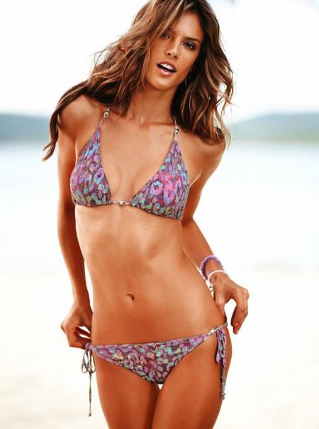 alessandra-ambrosio-sigue-trabajando-en-bikini-09