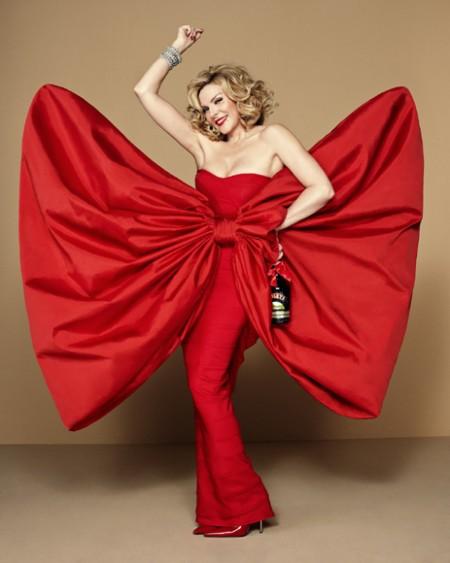 kim-cattrall-de-rojo-valentino