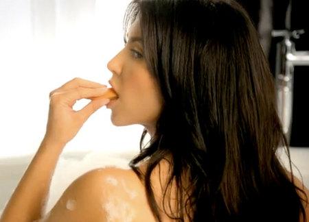 kim-kardashian-hace-que-la-ensalada-parezca-sexy-04