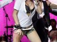 imagen Miley Cyrus se broncea en un salon en Blackpool