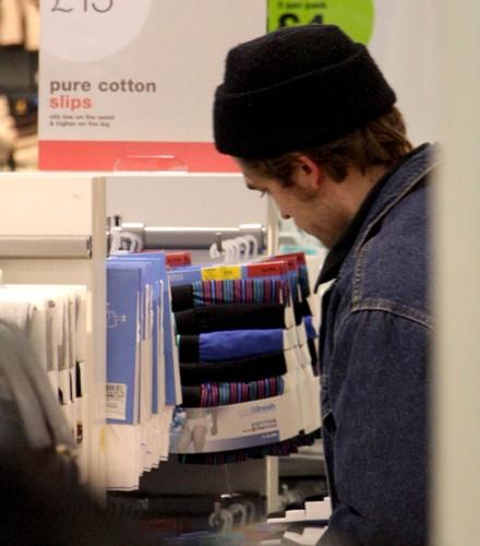 1a9c12c4c2 Robert Pattinson comprando ropa interior