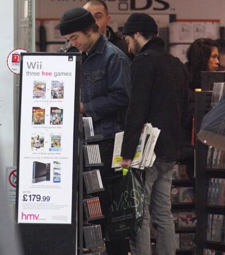 Robert Pattinson pillado comprando ropa interior6