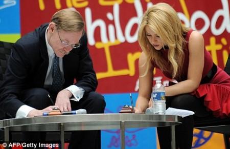 Shakira conquistó al Banco Mundial2
