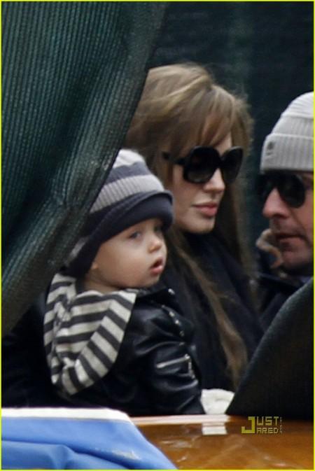 Brad Pitt y Angelina Jolie llevan a sus hijos de paseo 1