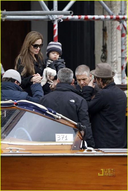 Brad Pitt y Angelina Jolie llevan a sus hijos de paseo 4