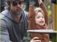 imagen Brad Pitt y sus hijos juegan en la plaza