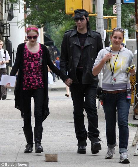 Marilyn Manson visita a su novia sin maquillaje-01