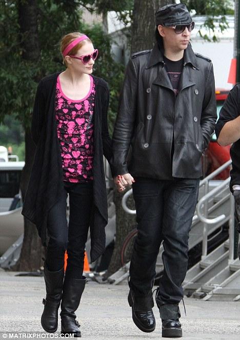 Marilyn Manson visita a su novia sin maquillaje-02