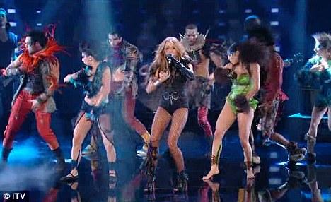 Miley Cyrus simuló un beso lésbico-02
