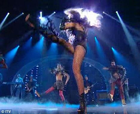 Miley Cyrus simuló un beso lésbico-03
