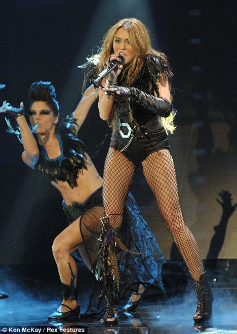 Miley Cyrus simuló un beso lésbico-04