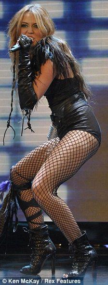 Miley Cyrus simuló un beso lésbico-05