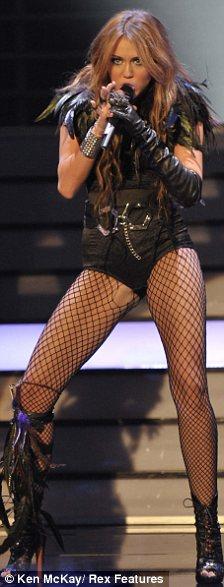 Miley Cyrus simuló un beso lésbico-06