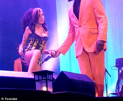 Amy Winehouse abucheada y borracha-09