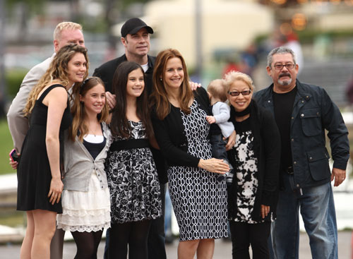 John Travolta y Kelly Preston pasean por Paris con Benjamin2